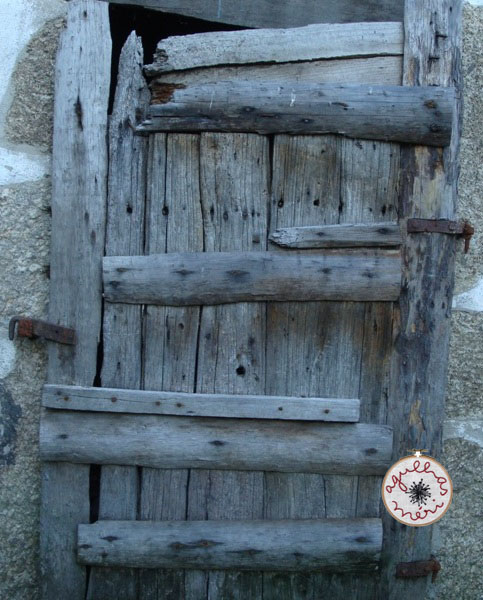 porta muito velha / very old door